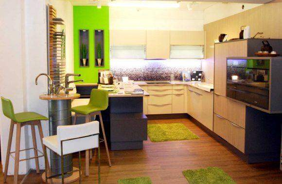 Schauraum Küche mit frischen Farbelementen - Schauraum Leoben