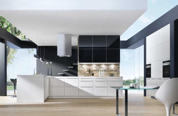 Designküche in Weiß und Schwarz