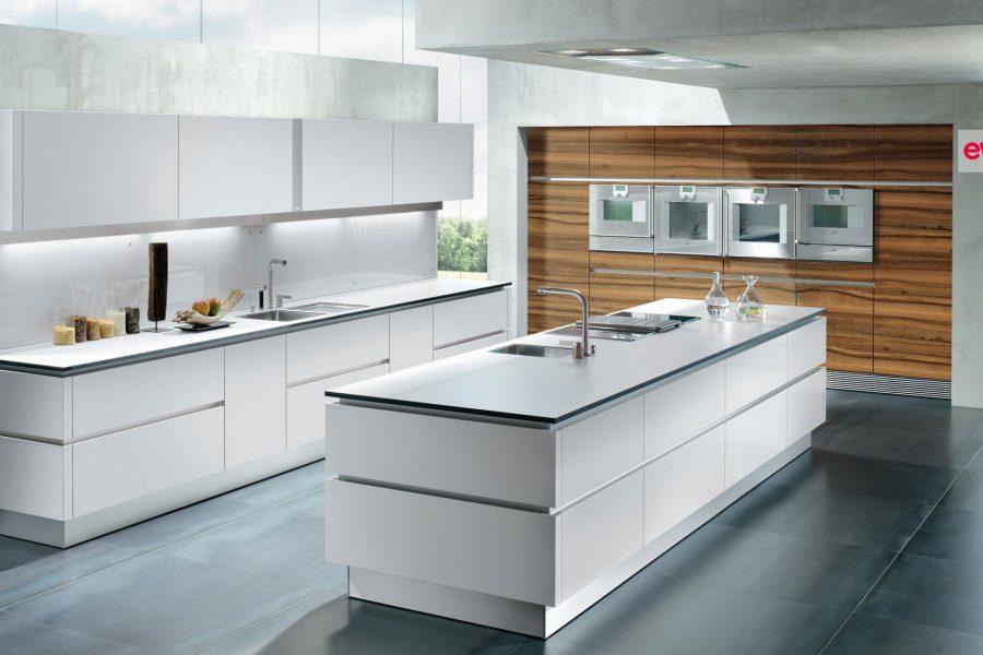 Moderne Küche in Schwarz und Weiß mit Miele Geräten