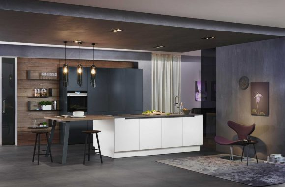 Grifflose Designküche in Weiß und Schwarz