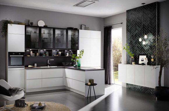 Moderne grifflose Küche in Weiß