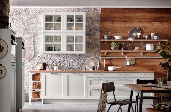 Moderner Landhausstil Malaga mit weißen Fronten und Holzelementen