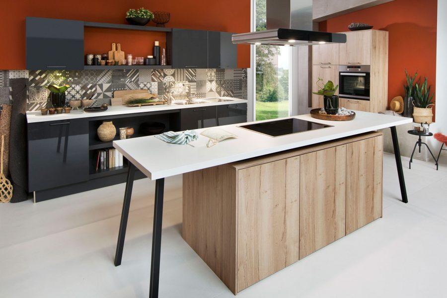 Moderne Küche mit dunklen Fronten und ohne Griffe
