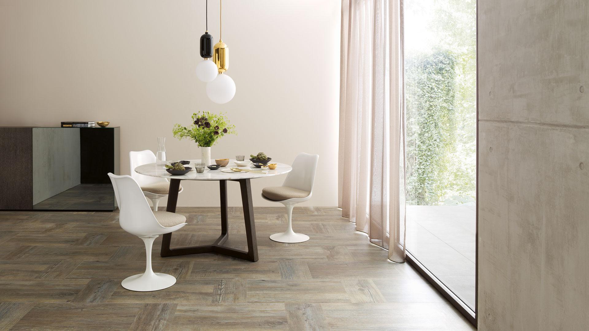 Robust, hochwertig, rutschfest - ein idealer Boden für den Wohnbereich und die Küche bei P&R Leoben